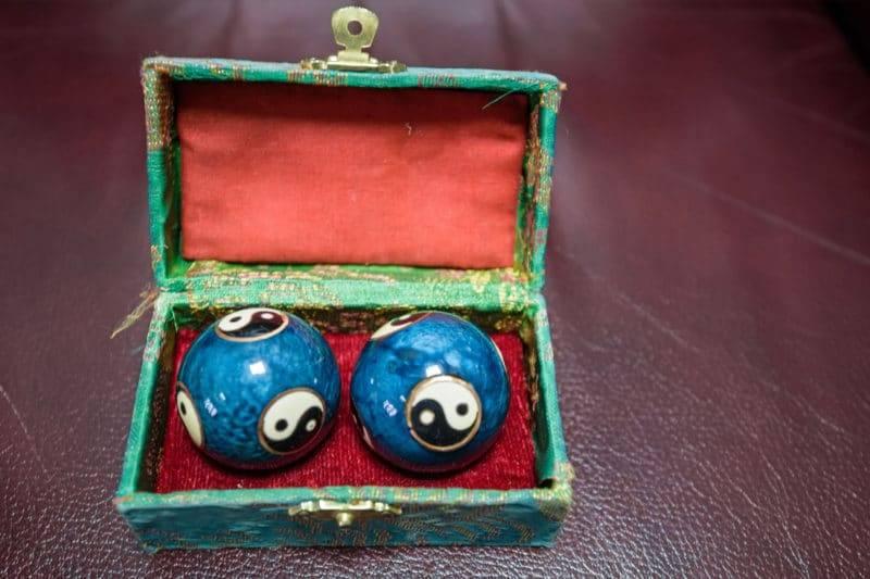 Deux boules chinoises bleues dans leur boite