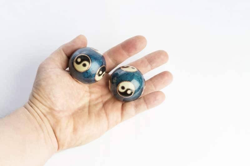 Deux boules chinoises tenues dans une main