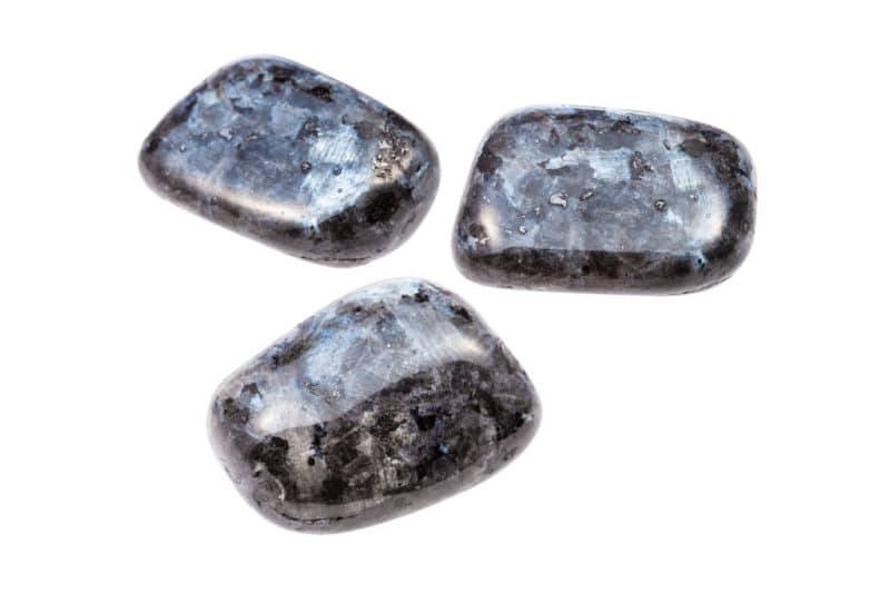 Trois pierres polies de larvikite