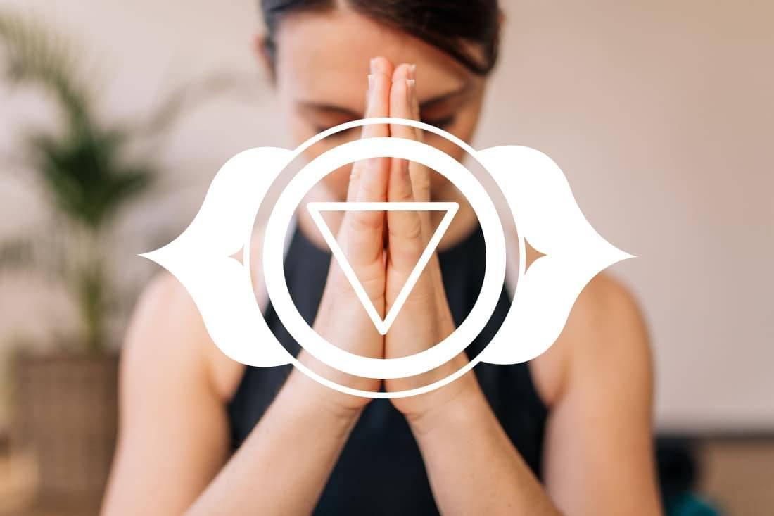 Femme en namaste avec le logo du troisième oeil