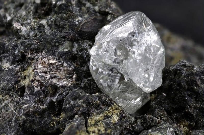 Diamant naturel sur une pierre