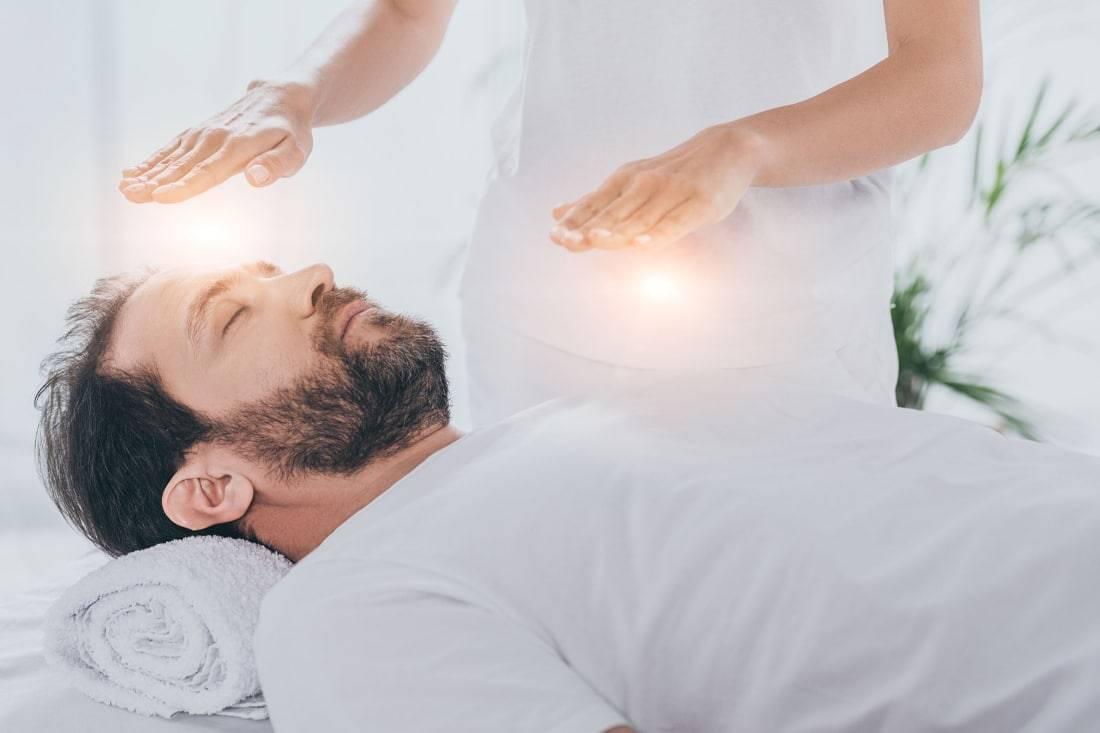 Magnétiseur en pratique avec un patient