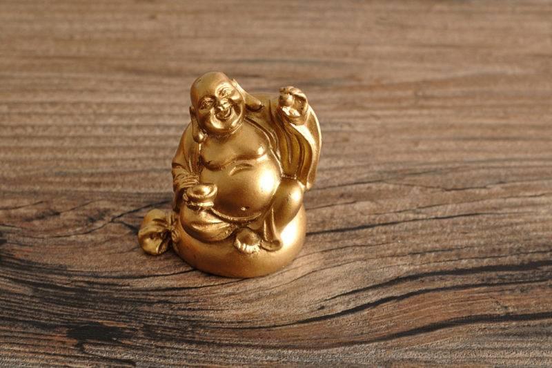 Bouddha rieur avec des perles et des boules.