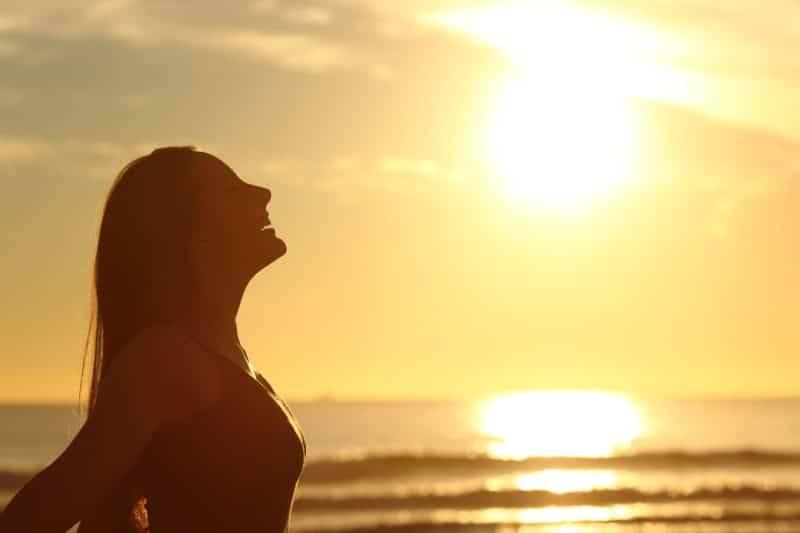 Silhouette de femme au soleil