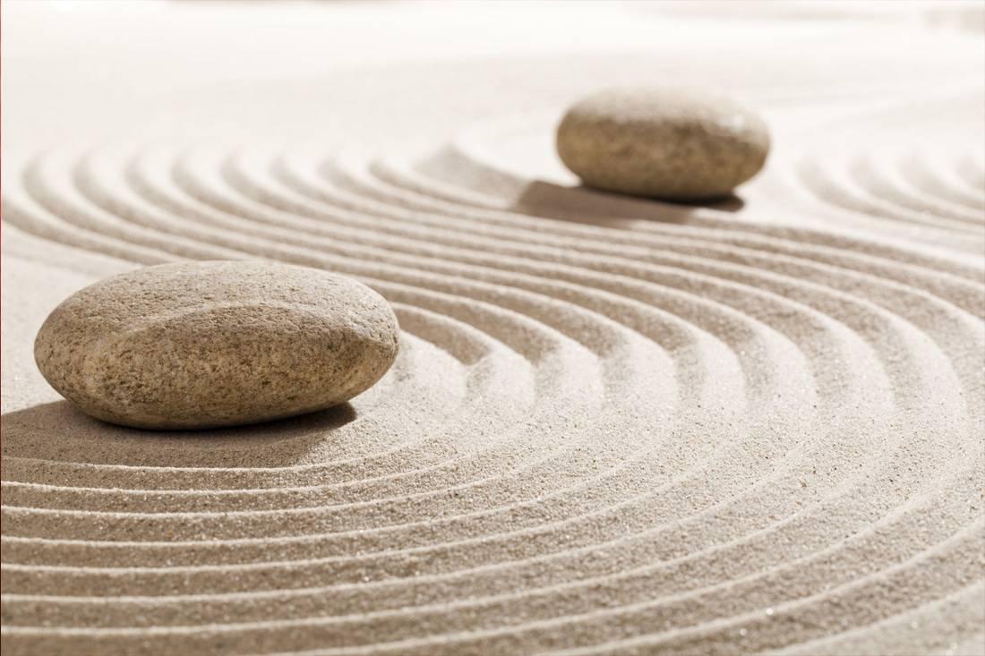 Deux galets sur du sable pour répresenter le feng shui