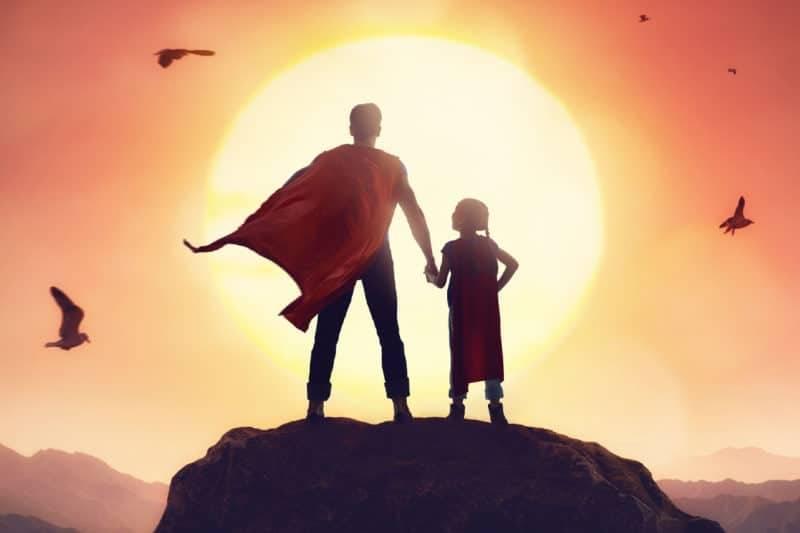 Une homme et sa fille en super héros pour représenter l'homme sacré