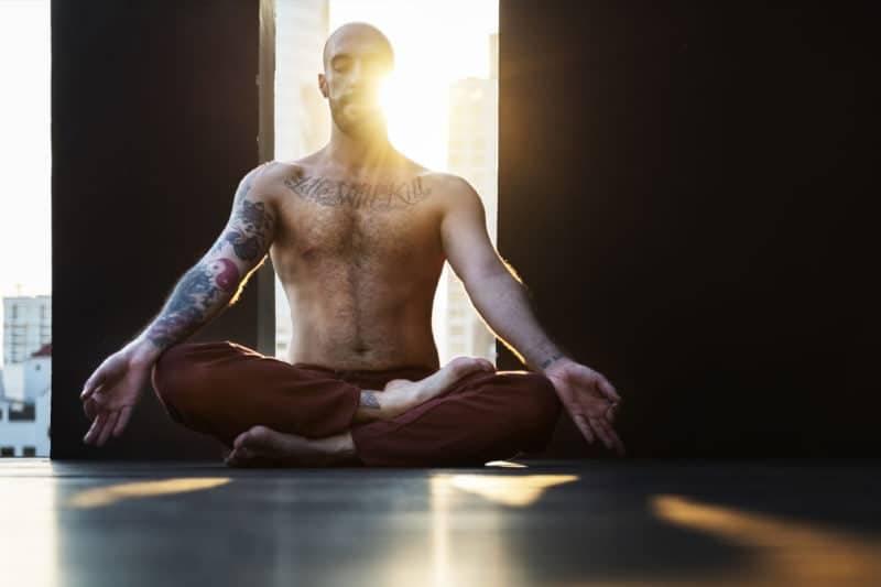Yoga en tailleur méditant