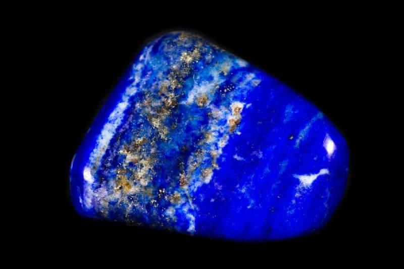 Bloc naturel de lapis lazuli sur fond noir