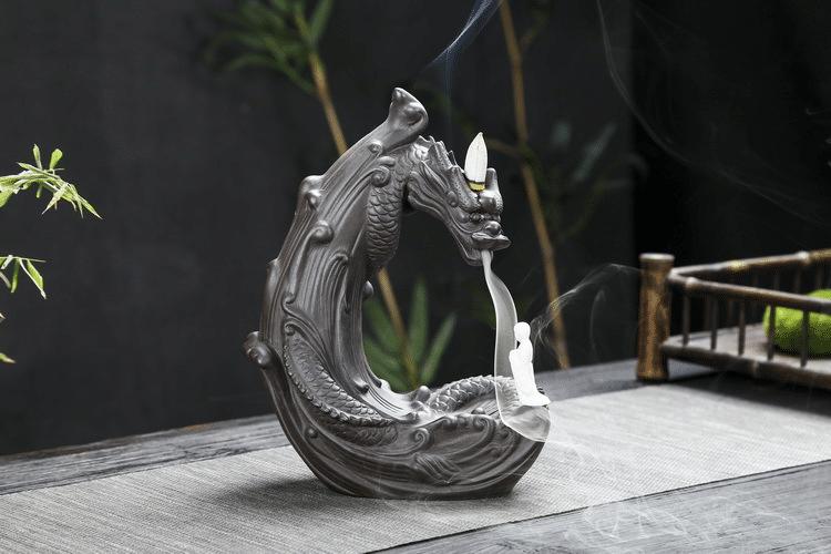 Brûleur d'encens dragon enflammé